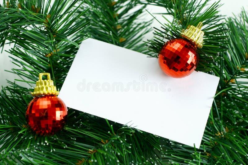 Meldung mit Weihnachtskugeln lizenzfreie stockfotos