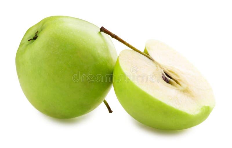 Mele e fette verdi della mela su fondo bianco fotografia stock libera da diritti