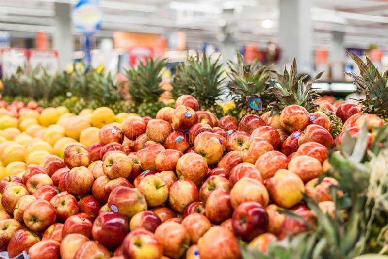 Mele e l'altra frutta ad un dipartimento di verdure in un supermercato immagini stock