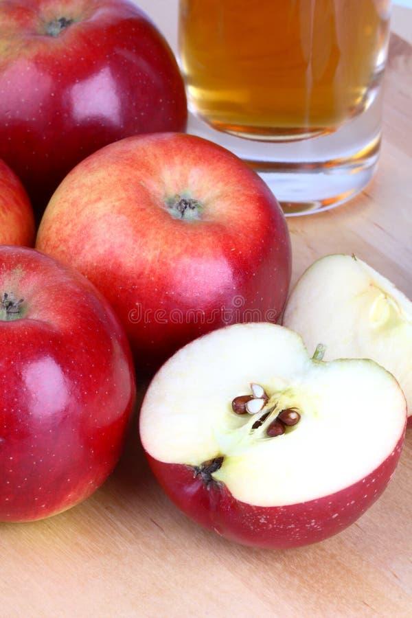 Mele e succo di mele freschi fotografie stock