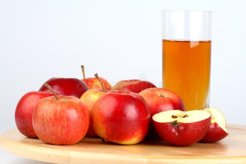 Mele e succo di mele freschi fotografie stock libere da diritti