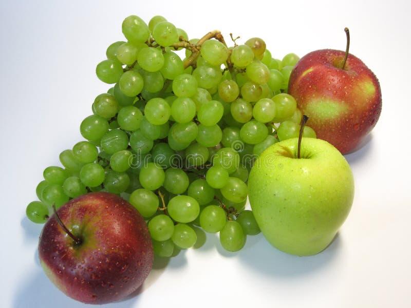 Mele ed uva - bellezza e beneficio, gusto e salute, una fonte inesauribile di vitamine fotografia stock libera da diritti
