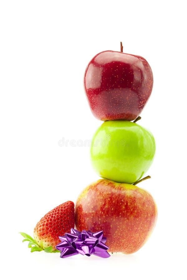 Mele, fragole ed arco isolati su bianco immagini stock libere da diritti