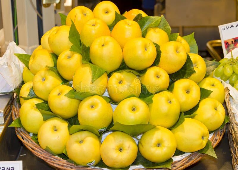 Mele gialle fresche ad un mercato di frutta fotografia stock