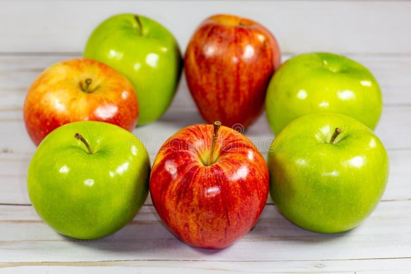 Mele rosse e verdi che aspettano per essere mangiato sul tavolo da cucina fotografie stock