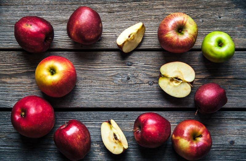 Mele rosse fresche sulla tabella di legno frutta, alimento naturale Spazio libero per testo Vista superiore fotografia stock