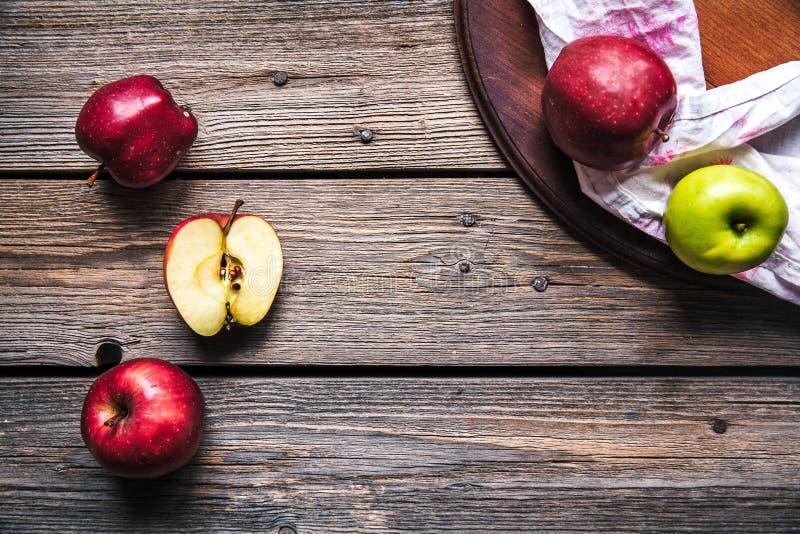 Mele rosse fresche sulla tabella di legno frutta, alimento naturale Spazio libero per testo Vista superiore immagini stock libere da diritti