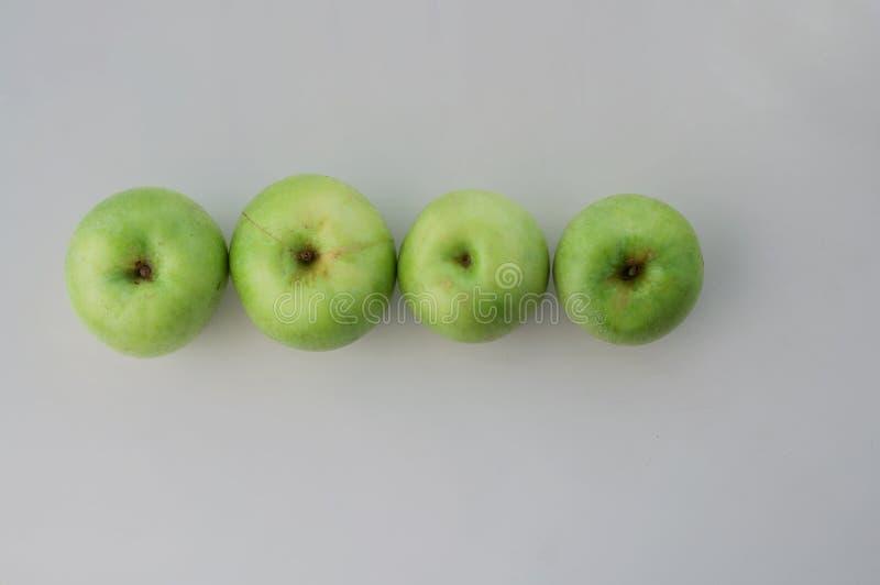 Mele verdi nella riga fotografia stock