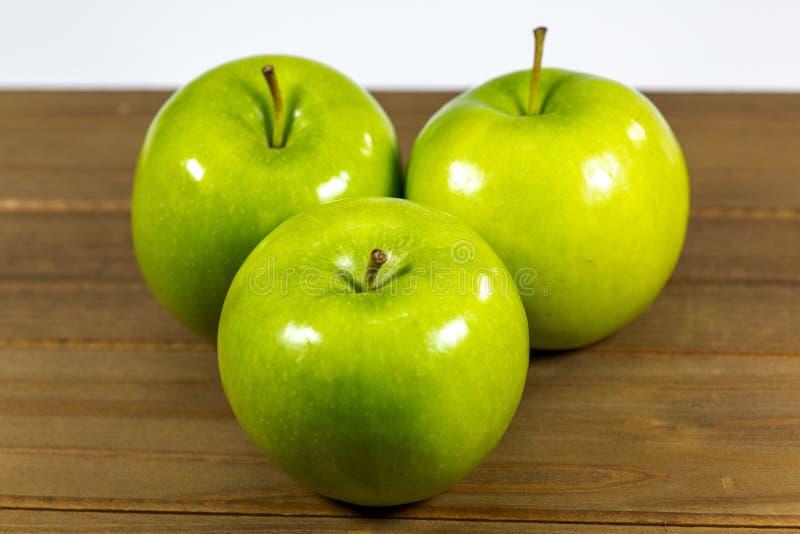 Mele verdi saporite su un contatore di cucina immagini stock
