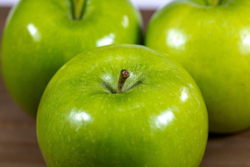 Mele verdi saporite su un contatore di cucina fotografia stock