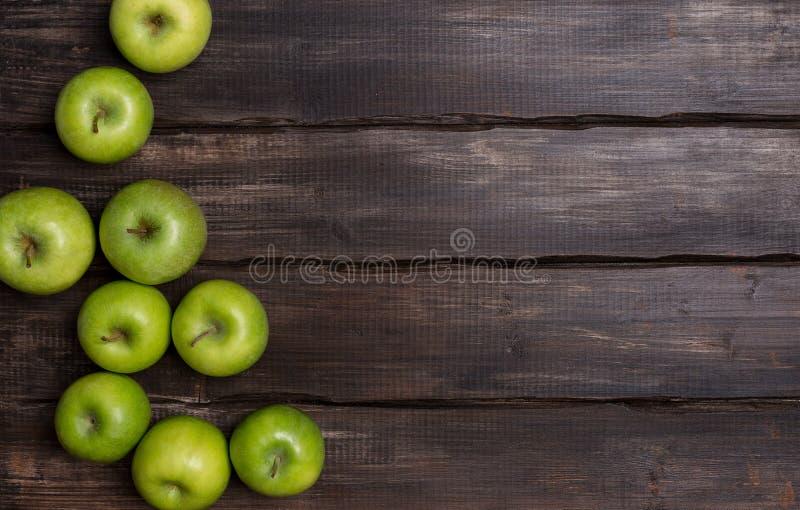 Mele verdi su fondo di legno con l'angolo immagini stock libere da diritti
