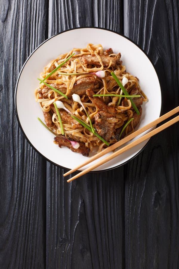 Melhore Chow Fun um prato cantonês do grampo, feito de fritar mexendo a carne, macarronetes de arroz largos e close up dos vegeta foto de stock