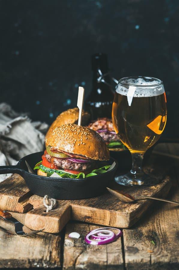 Download Melhore Hamburgueres Com Bacon Friável, Vegetais, Vidro Da Cerveja Foto de Stock - Imagem de hamburguer, bebida: 80101804