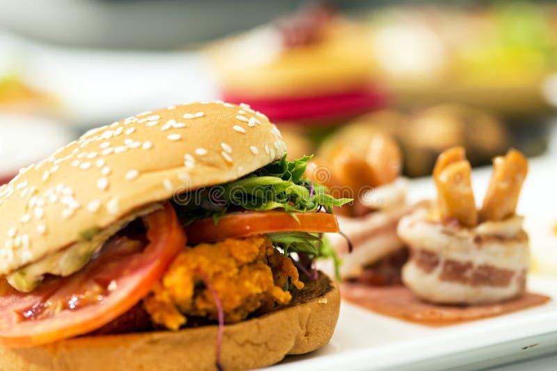 Melhore o berger e a batata fritada na comida lixo de madeira do fast food imagens de stock