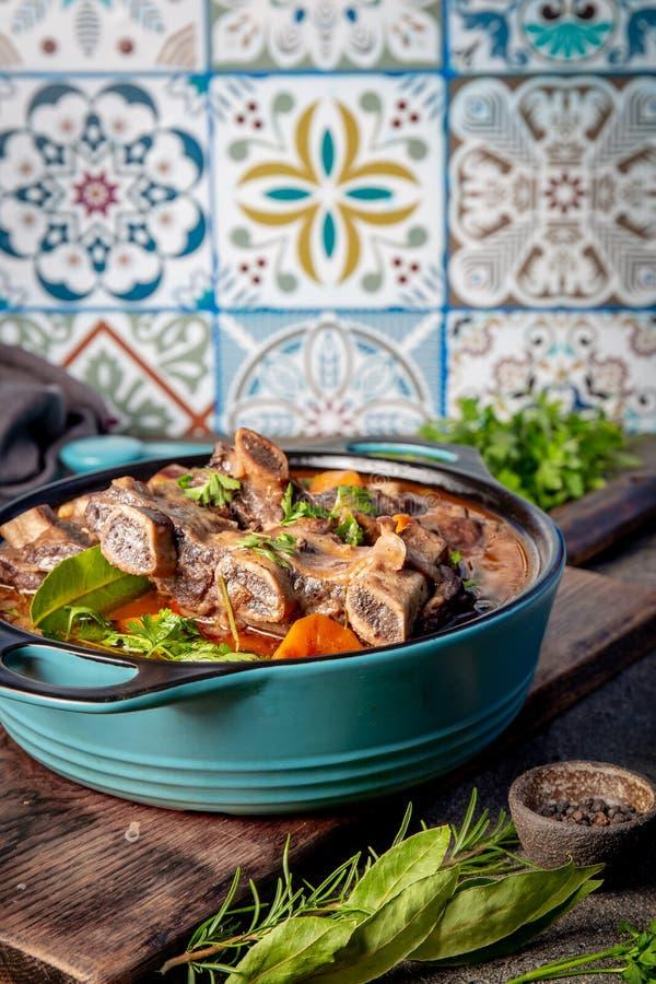 Melhore o Bourguignon dos reforços Reforços de carne cozidos com cenoura, cebola no vinho tinto Prato de França imagem de stock royalty free