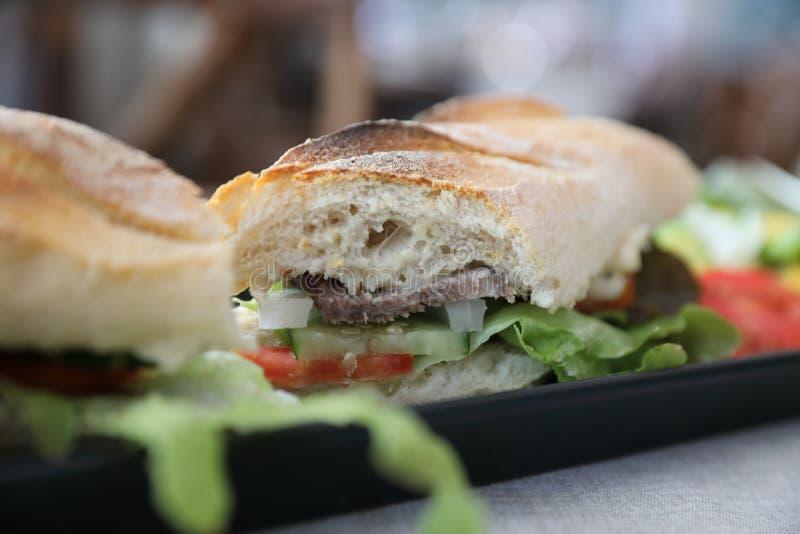 Melhore o sanduíche na tabela de madeira foto de stock royalty free