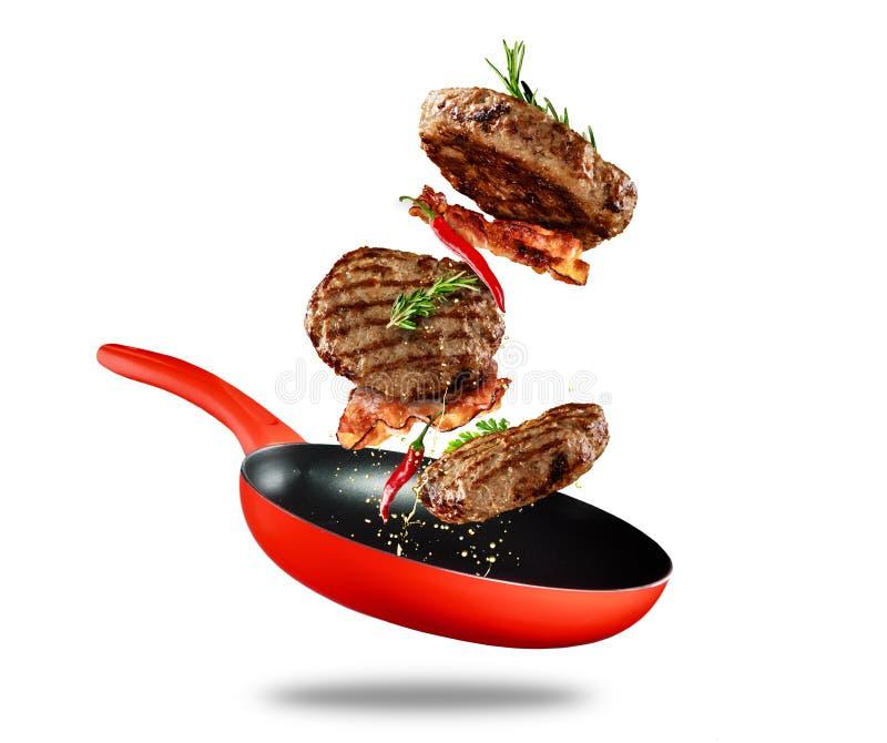 Melhore o voo moído da carne de uma bandeja no fundo branco fotografia de stock