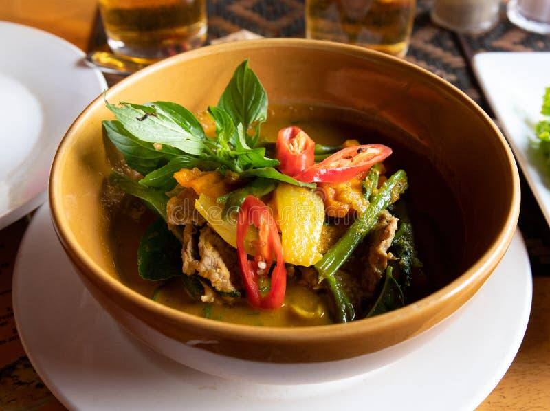 Melhore a sopa com os vegetais na bacia Sopa tradicional do Khmer Culinária do nativo de Camboja Sopa vegetal com carne fotos de stock