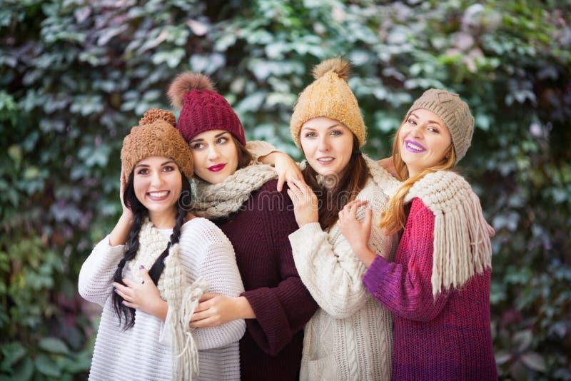 Melhores amigos das mulheres que sorriem e que andam na natureza Fora retrato da forma do estilo de vida Emo??es positivas imagem de stock