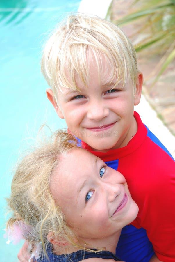 Melhores amigos do rapaz pequeno e da menina imagens de stock