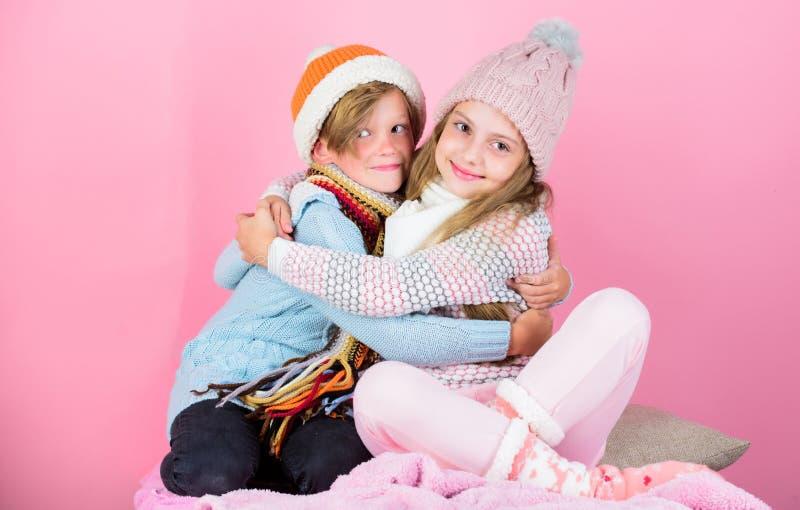 Melhores amigos dos irmãos no fundo cor-de-rosa Crianças do menino e da menina para abraçar-se amigável Relações amigáveis entre  fotografia de stock royalty free