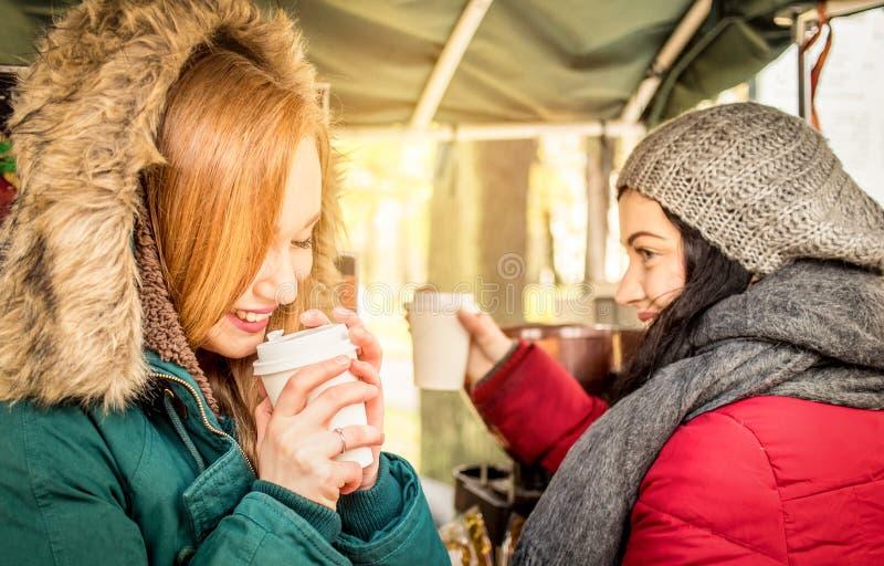 Melhores amigos felizes das amigas das mulheres que compartilham do tempo junto com o café imagens de stock