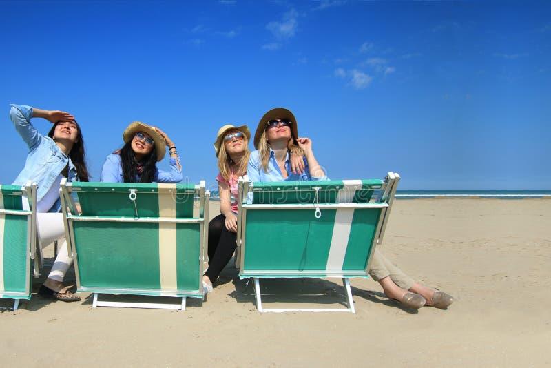 Melhores amigos na praia que olha o sol imagem de stock royalty free