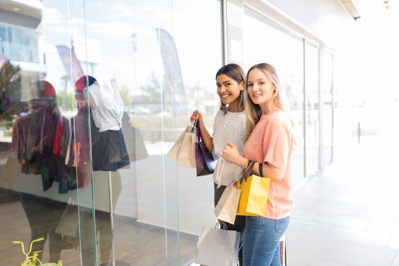 Melhores amigos no shopping fotografia de stock