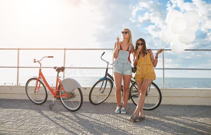 Melhores amigos que apreciam um feriado no passeio do beira-mar fotografia de stock royalty free