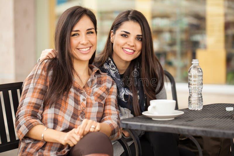 Melhores amigos que comem o café junto em um restaurante imagens de stock royalty free