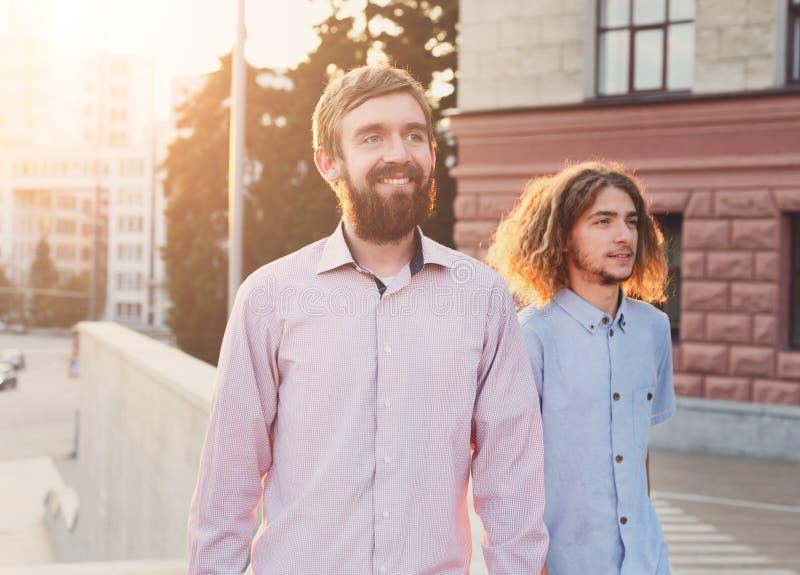 Melhores amigos que nivelam a caminhada fotografia de stock royalty free
