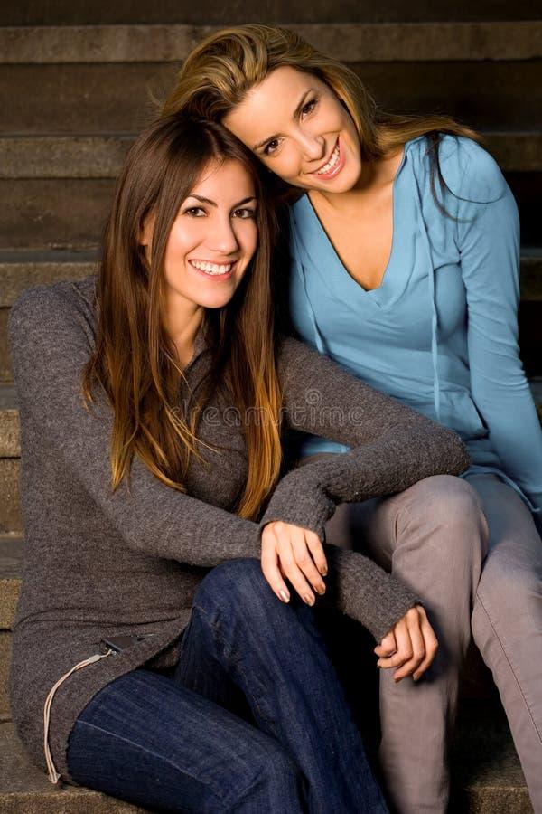 Melhores amigos que sentam-se em etapas fotos de stock royalty free
