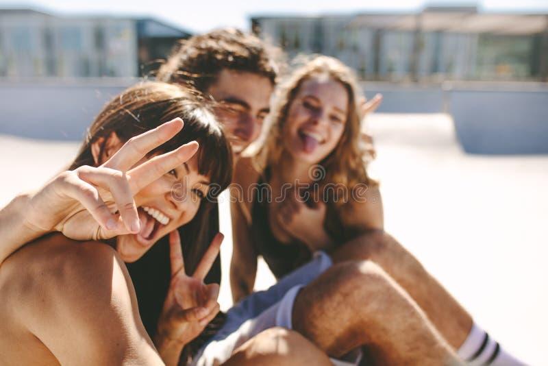 Melhores amigos que tomam o selfie imagens de stock royalty free