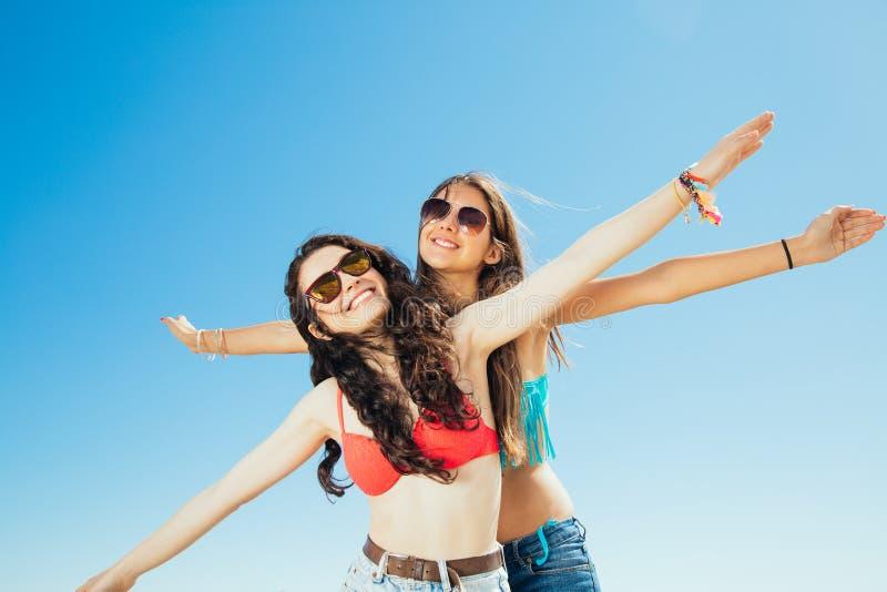 Melhores amigos que voam à praia fotografia de stock royalty free