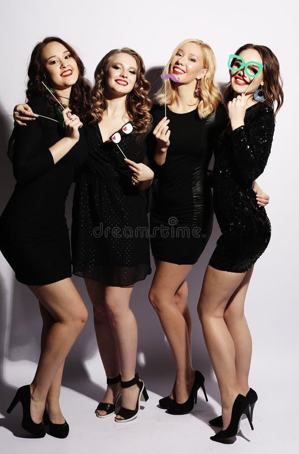 Melhores amigos 'sexy' à moda das meninas prontos para o partido Vestido preto e fotografia de stock