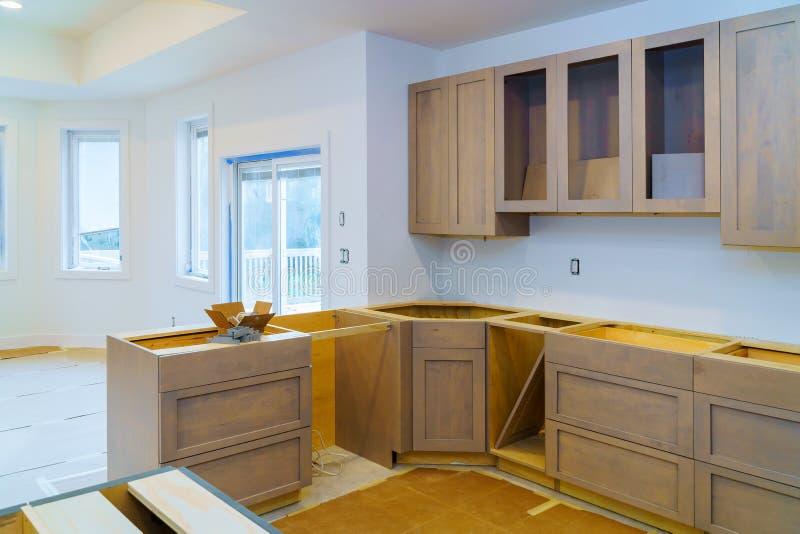 A melhoria da instalação dos armários de cozinha remodela worm' opinião de s instalada em uma cozinha nova imagens de stock royalty free
