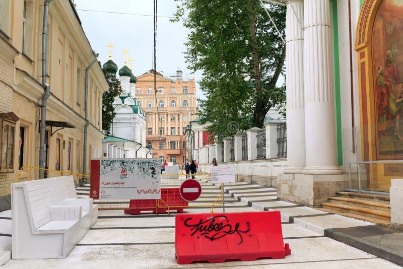Melhoria da zona pedestre no distrito histórico de Moscou, Rússia foto de stock