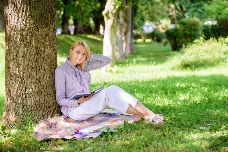 Melhoria fêmea do auto Livro da melhoria do auto A senhora do negócio encontra o minuto para ler o livro para melhorar seu conhec imagem de stock royalty free