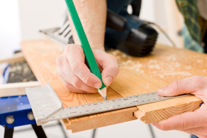 Melhoria Home - o trabalhador manual prepara o assoalho de madeira foto de stock royalty free