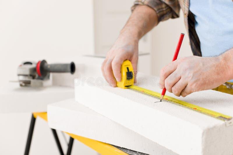 Melhoria Home - tijolo poroso da medida do trabalhador manual fotografia de stock royalty free