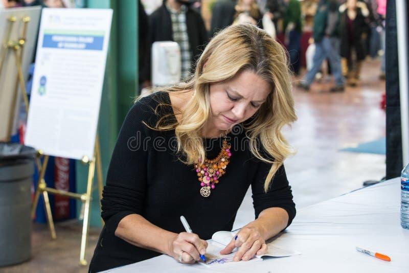 Melissa dArabian podpisywanie jej książka kucharska przy PA gospodarstwa rolnego przedstawieniem zdjęcia royalty free