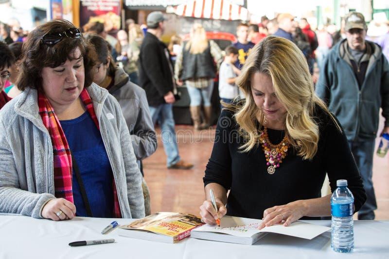 Melissa dArabian znaki jej książka kucharska przy PA gospodarstwa rolnego przedstawieniem fotografia royalty free