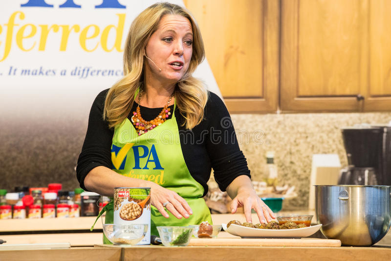 Melissa dArabianMaking Meatballsv przy PA gospodarstwa rolnego przedstawieniem fotografia stock