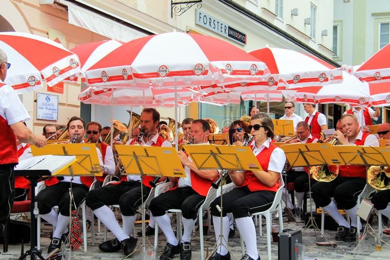 Melk,奥地利,09 07 2018年 Melk居民非职业交响乐团制服的在奥地利旗子的颜色执行 库存照片