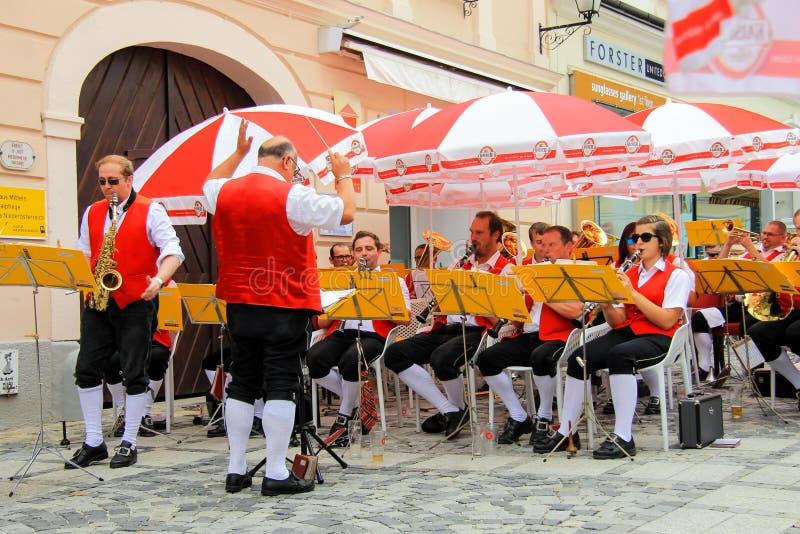 Melk, Austria, 09 07 2018 La orquesta sinf?nica aficionada de los residentes de Melk en uniforme en los colores de la bandera aus imagenes de archivo