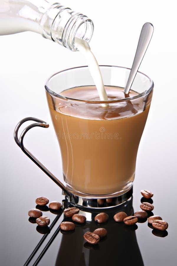 Melk Die In Koffie Wordt Gegoten Stock Afbeelding