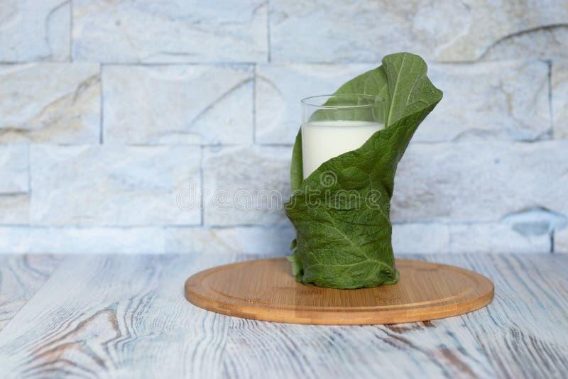 Melk in een glas op een dienblad van bamboe Ecoproduct voor dieet en gezonde voeding stock foto's