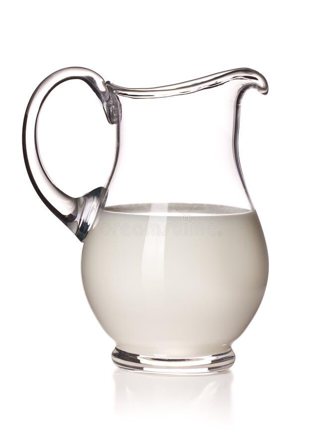Melk in een glaswaterkruik royalty-vrije stock afbeelding