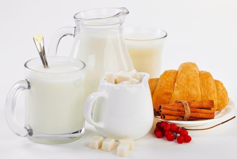 Melk in een kop stock fotografie
