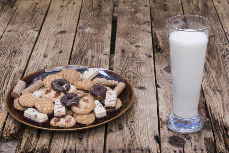 melk, een plaat van geassorteerde cakes stock foto's